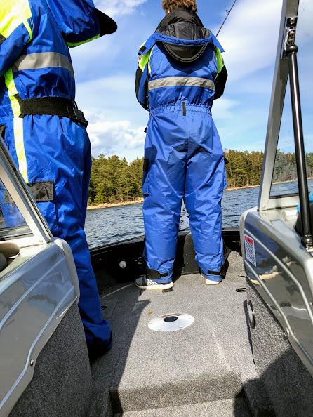På främre kastdäck kan 2-3 fiskare fiska.