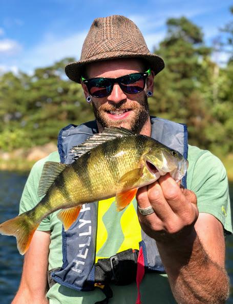 Augusti är en bra månad att kombinera abborrfiske och gäddfiske inne på grundvattnet!
