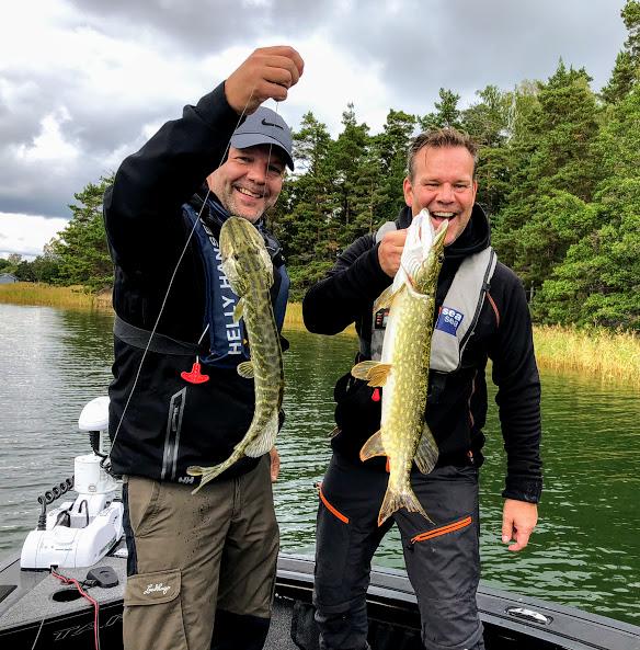 Anders och Henrik njuter av fiskedagen